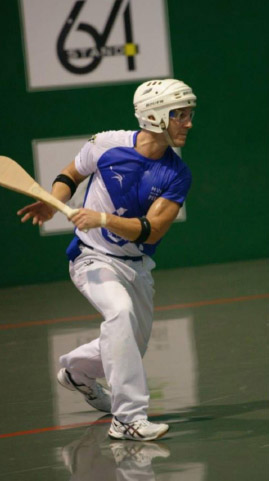 Foto de un pelotari con una pala de Arambillet