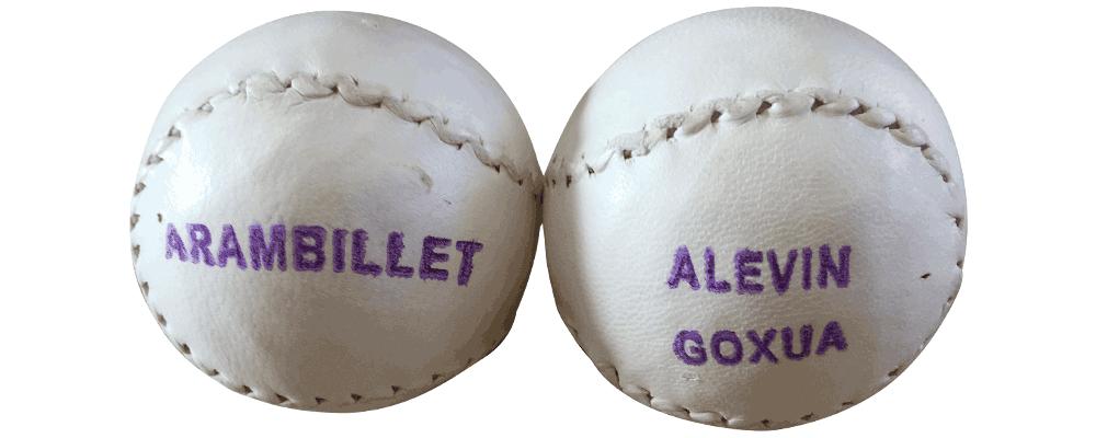 Foto de dos pelotas alevines goxua